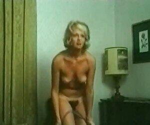 एक हालत में जवान आदमी सोफे पर देख रहा था ब्लू मूवी सेक्सी पिक्चर